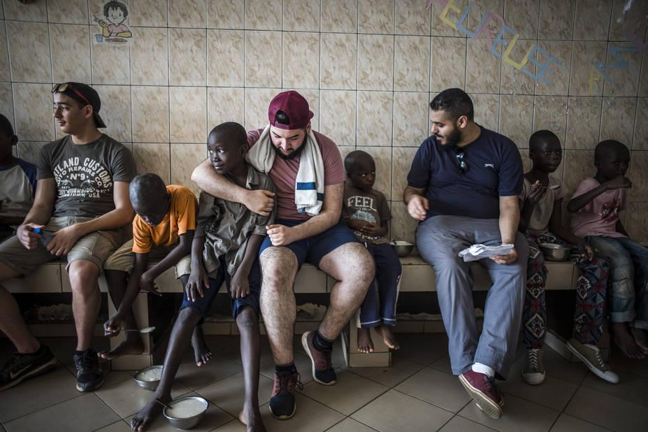 Programme de Cours accélérés de Cachi, avec l'athénée Alfred Verwée et Via Don Bosco.  Abdel, Mikail et Kamal, à l'heure du déjeuner. Comment on va faire pour les quitter ? Question du groupe qui se pose déjà.