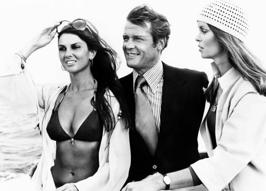 Barbara bach et Caroline Munro entourent un souriant James Bond dans
