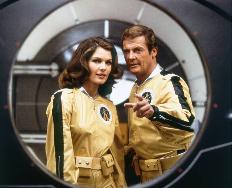 Avec Roger Moore, en combi pour aller sur la lune...