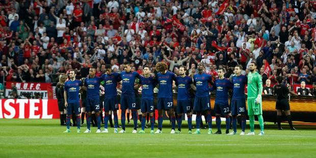 Minute de silence puis d'applaudissements avant la finale entre Manchester et l'Ajax (VIDEO) - La Libre