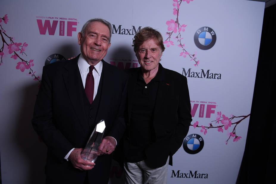 L'écrivain Dan Rather avec Robert Redford qui lui a remis un prix