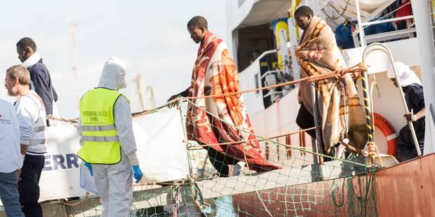 """Face à """"une énorme pression"""", l'Italie demande aux ports européens d'accueillir les bateaux de migrants - La Libre"""