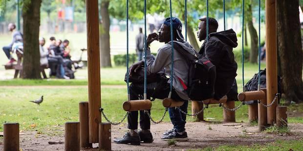 Les migrants réinvestissent le parc Maximilien - La Libre