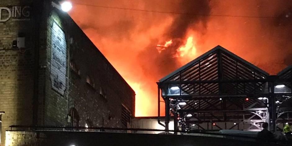 Un gigantesque incendie ravage un populaire marché à Londres