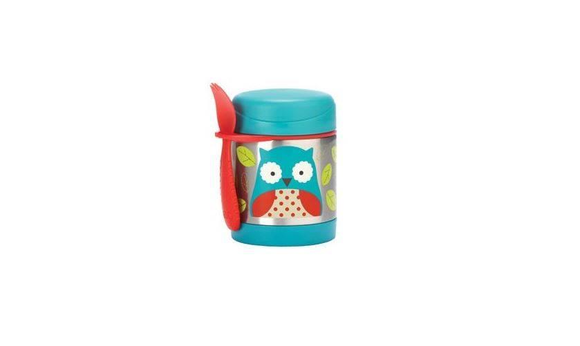 La food jar 'Zoo' de SKIP*HOP garde les aliments chauds durant 7 heures et froids durant 5 heures. Capacité de 325 ml. Livré avec une cuillère et une fourchette 2 en 1, qui se fixe à la boîte.   Sans BPA, PVC ni phtalates. Dimensions : 9,4 x 8,75 x 12 cm. Prix: 22,50 €