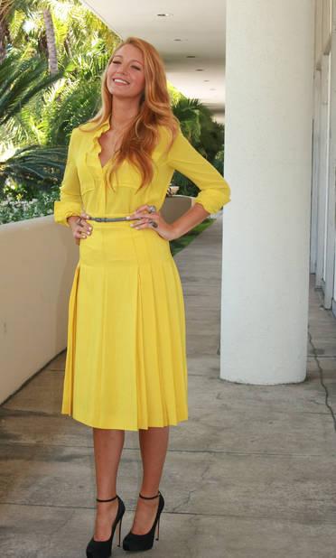 Retour élégant en robe jaune canari. Waw !