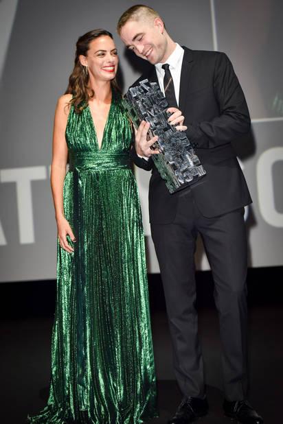 Robert Pattinson s'est vu remettre sa récompense par Bérénice Béjot.