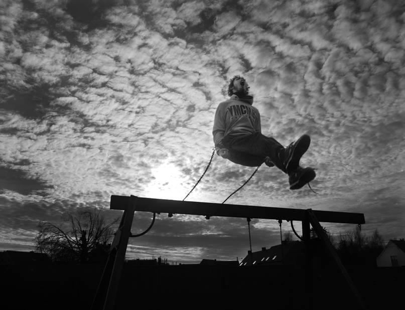 Rémy est le roi de la balançoire, toute la journée il s'envole à des hauteurs défiant l'équilibre.