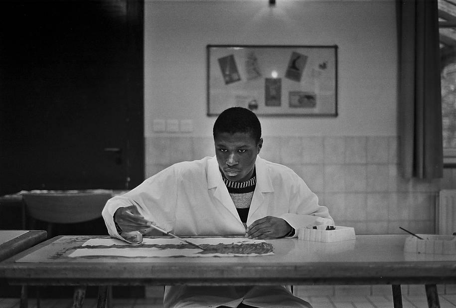 Marlone peint avec concentration.