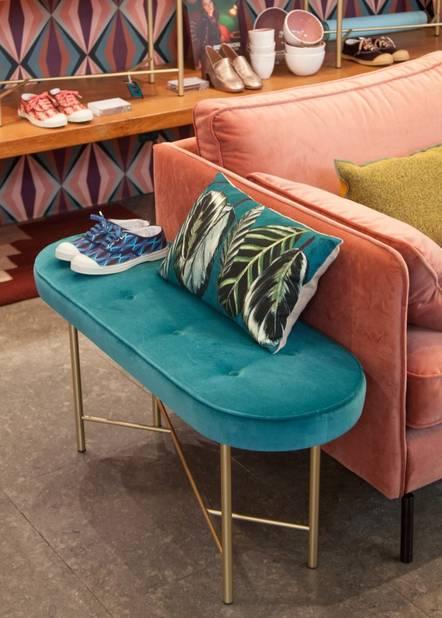 Banquette en velours turquoise, 855€ et sofa vieux rose, 1995€. Bensimon Home