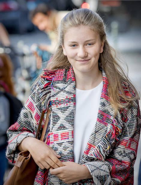Le premier septembre avait lieu la rentrée des classes. Elisabeth, sac en cuir sur l'épaule, s'est rendue au collège Saint-Jean-Berchmans avec son frère Gabriel.
