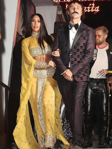 Kim Kardashian et un ami déguisés en Sonny et Cher