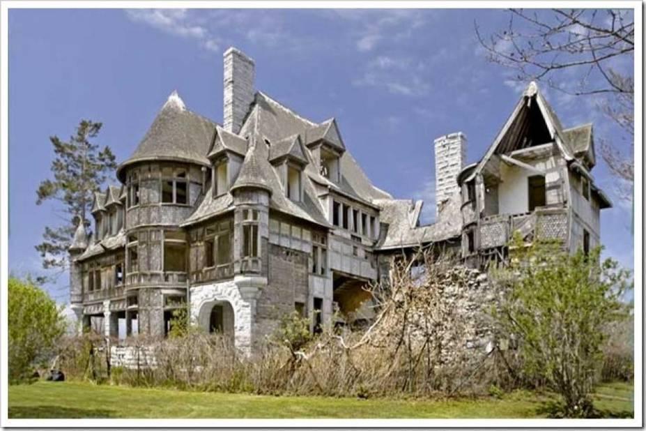 Abandonnée il y a 70 ans, cette maison située à St Vincent, dans l'Etat de New York est dans un état déplorable et elle nécessiterait des millions de dollars de travaux de rénovation.