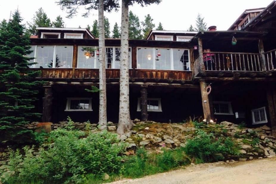 Le Baldpate Inn est un hôtel des Rocky Mountains dans le Colorado. Il a été ouvert en 1911 par Ethel et Gordon Mace. Morts, l'une en 1983, l'autre en 1959, on dit que les époux n'ont jamais quitté leur hôtel adoré et qu'Ethel aime à s'installer dans son ancienne chambre, se balançant dans un rocking chair !