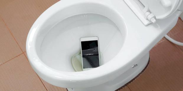 que faire quand mon t l phone tombe dans les toilettes. Black Bedroom Furniture Sets. Home Design Ideas