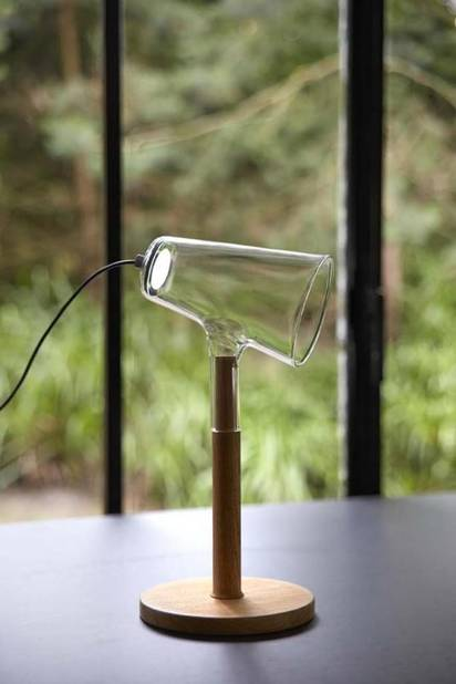 Frédérik Delbart Les LEDS ont résolument modifié l'éclairage. Elles ont ouvert de nombreuses perspectives techniques et formelles que vont exploiter de designers comme Frederik Delbart. Pour sa liseuse Siblings (à la base, il s'agissait de sa thèse à la Cambre, éditée ensuite par Per Use) il a développé une nouvelle source de lumière LED, moins éblouissante et moins consommatrice. L'abat-jour en verre borosilicaté pivote, permettant d'orienter le faisceau lumineux.   Frederik Delbart, Siblings, Peruse. © Frederik Delbart