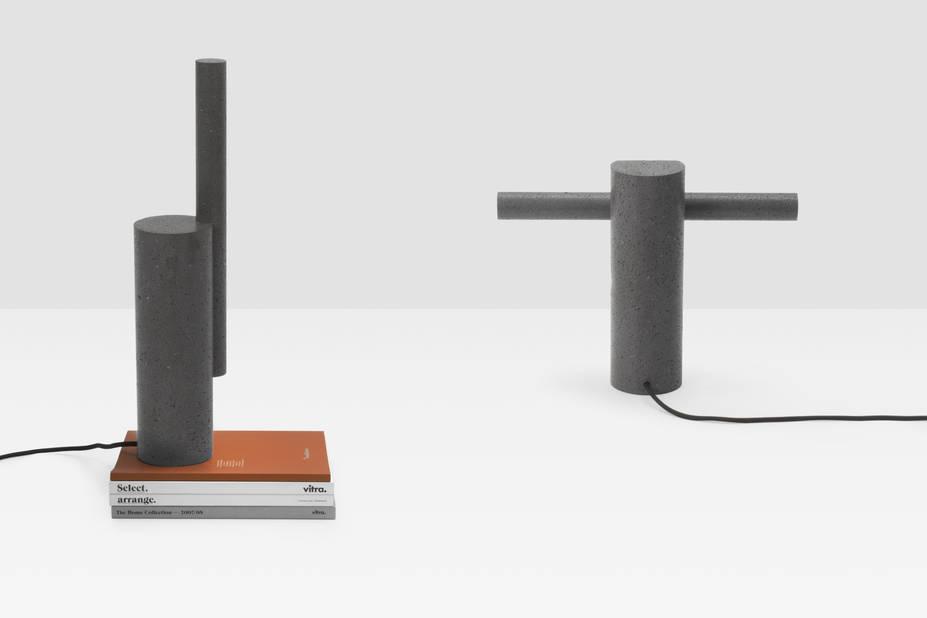 Levi Sarha est un studio de design lancé en avril 2014 à Bruxelles par Sarha Duquesne et Levi Dethier. Cette lampe est en basalte et réalisée avec la technique du carottage dans une entreprise belge.   Levi Sarha, DRILL © Levi Sarha