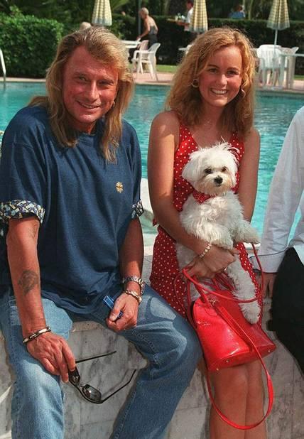 Il se marie avec Laeticia en 1996. À leur rencontre, le chanteur porte une nuque longue.