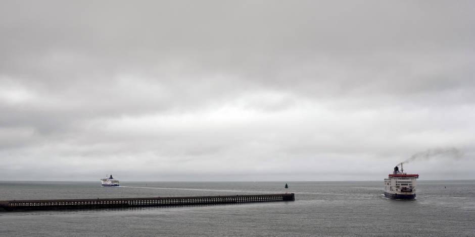 Un ferry échoué dans le port, le trafic transmanche interrompu — Calais