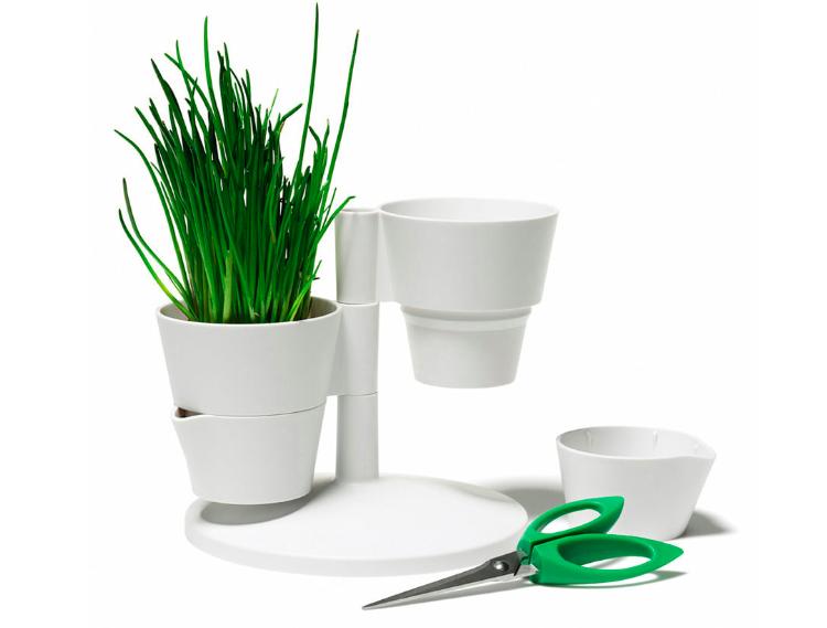 Pratique pour ceux qui cherchent des ciseaux pendant des heures... Ici, il est intégré ! Pot de fleurs pour herbes aromatiques, avec ciseaux, Normann Copenhagen, sur                                                                               www.madeindesign.com, 40 €