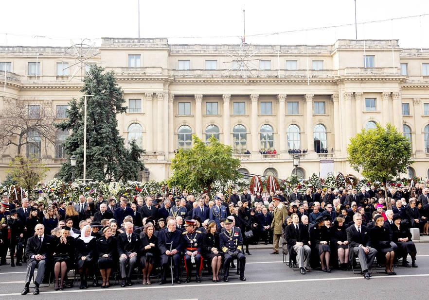 Un symbole : la foule tournait le dos au balcon à partir duquel le dictateur communiste Nicolae Ceaușescu avait fait son dernier discours en décembre 1989.