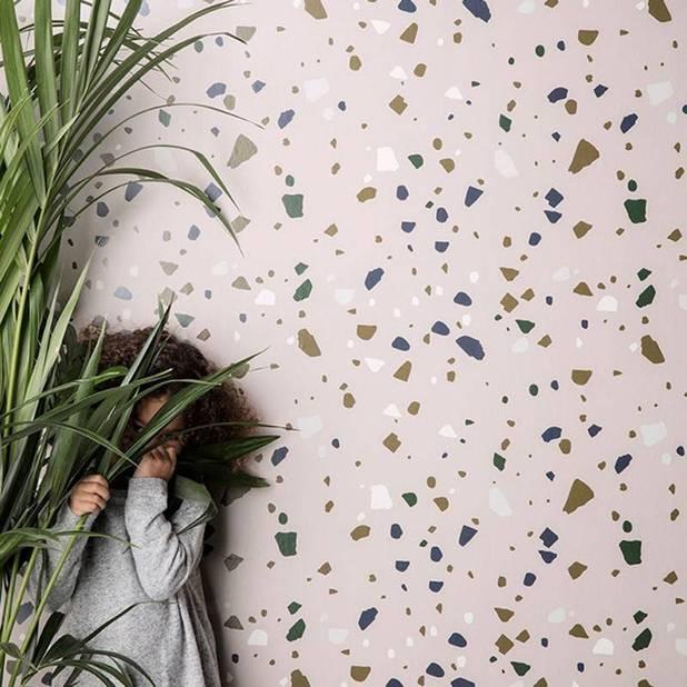 2018 célèbre le retour du Terrazzo, cet assemblage de fragments de marbre colorés et de ciment qui couvrait les sols des classes ou des cuisines dans les années 50 avant de tomber en désuétude. Aujourd'hui, il est passé du sol au mur et devient plus trendy que jamais.                                                             Papier peint terrazzo Fermliving, 53 x 1000 cmn 72 euros sur www.livingdesign.be