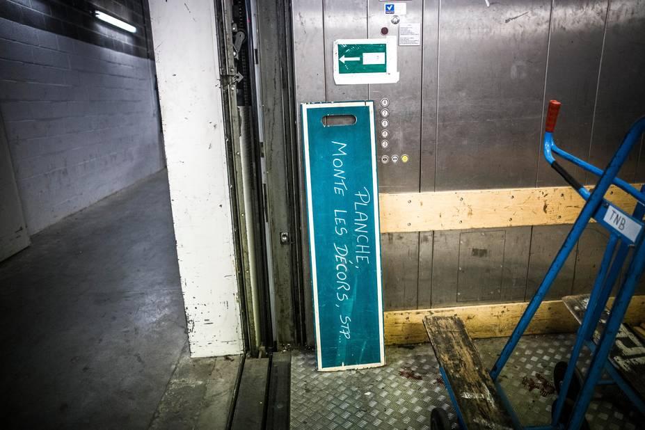 D'immenses ascenseurs permettent de transporter les éléments de décor