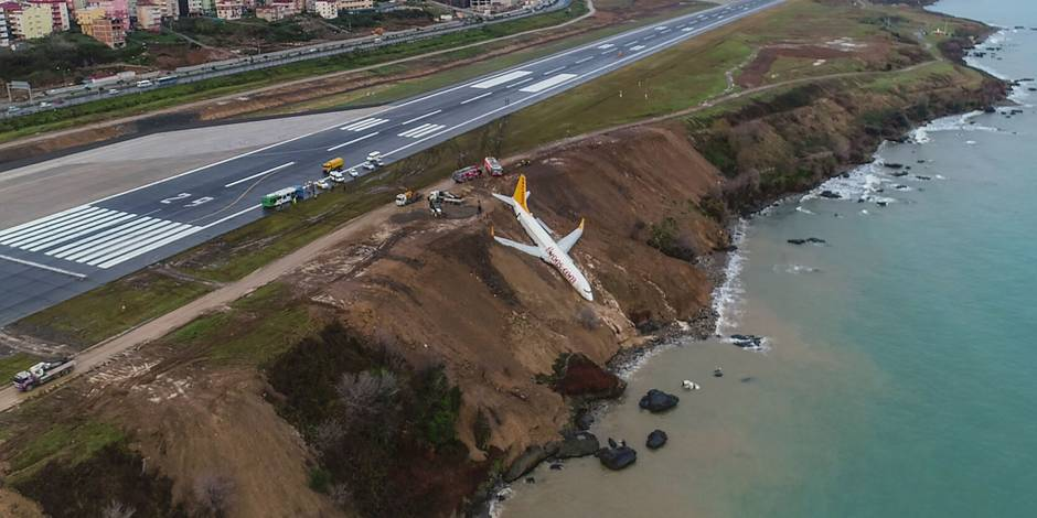 Turquie: image impressionnante de ce Boeing qui rate son atterrissage