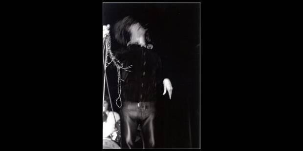 Défilé de fans sur la tombe de Jim Morrison - La Libre
