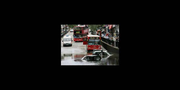 La Grande-Bretagne sous les inondations, l'est de l'Europe étouffe - La Libre