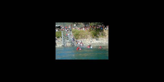Plus de 100 disparus dans l'effondrement d'une passerelle - La Libre