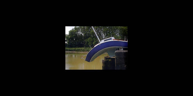 La maison sur la cheminée et le bateau plié - La Libre