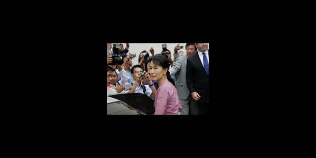 Aung San Suu Kyi retrouve un léger sourire
