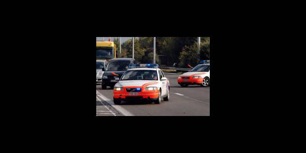 Une voiture percute un élévateur de chantier sur la E40: 3 blessés - La Libre