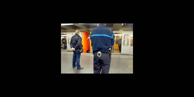La police du métro a été ré-équipée pour mieux voir dans les stations - La Libre