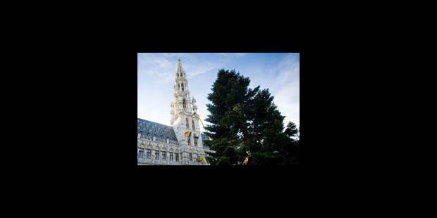 Le sapin de la Grand-Place retiré plus tôt que prévu - La Libre