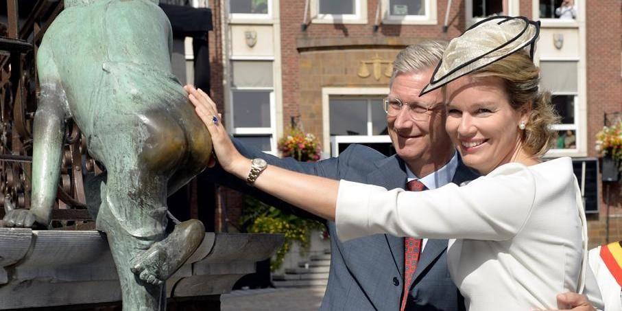 Une foule enthousiaste salue le couple royal dans les rues de Wavre