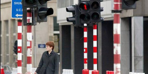 Les poteaux des feux de signalisation en jaune et bleu, une fausse bonne idée ? - La Libre