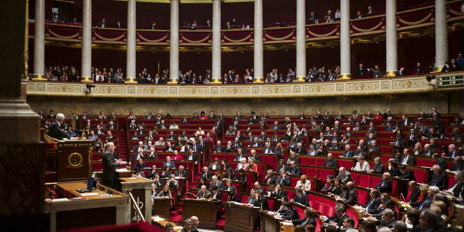 Un Français déverse un tas de fumier devant l'Assemblée nationale