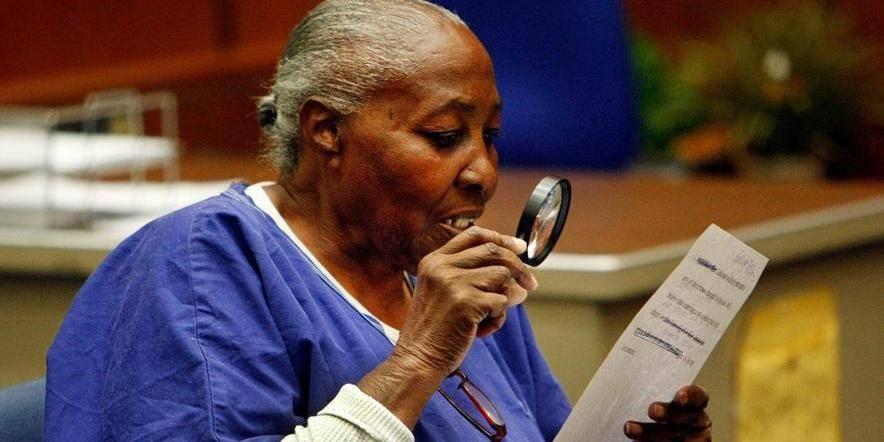 Libre à 74 ans, après 32 ans de prison pour un crime qu'elle n'a pas commis