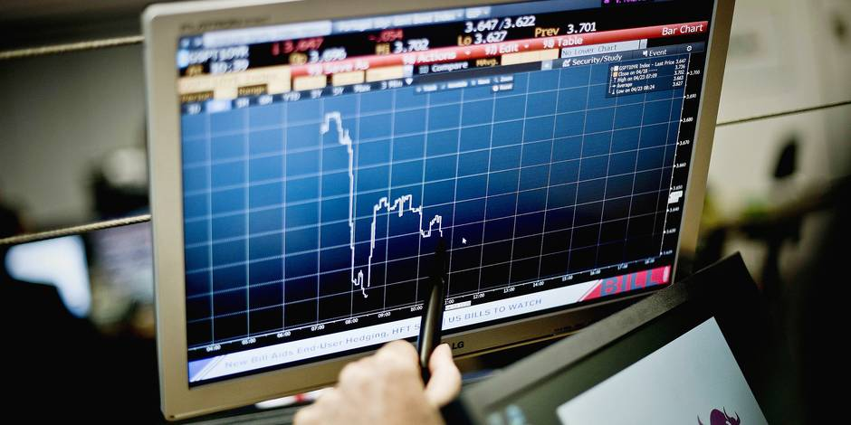 A trader point at a graphic on a computer screen in Lisbon on April 23, 2014 during the auction of Portuguese Treasury Bills. Portugal easily raised 750 million euros in a landmark 10-year bond issue at a sharply reduced interest rate today, market data showed. The funds, equivalent to $1.0 billion, were raised at an interest rate of 3.575 percent amid strong demand from investors, marking a crucial step on the country's road to emerging from an EU-IMF rescue programme on May 17. AFP PHOTO/ PATRICIA DE MELO MOREIRA