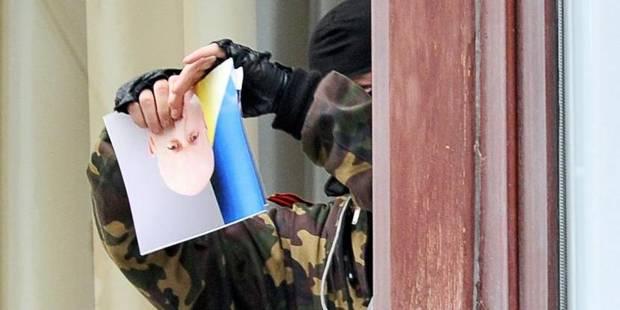 Ukraine : les policiers ukrainiens abandonnent leur QG aux pro-russes - La Libre