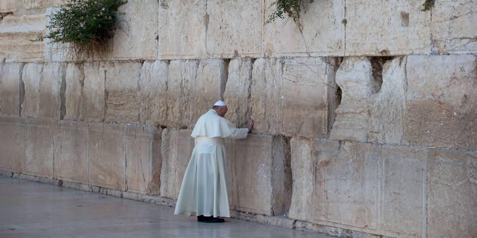 Le pape François se recueille au Mur des lamentations