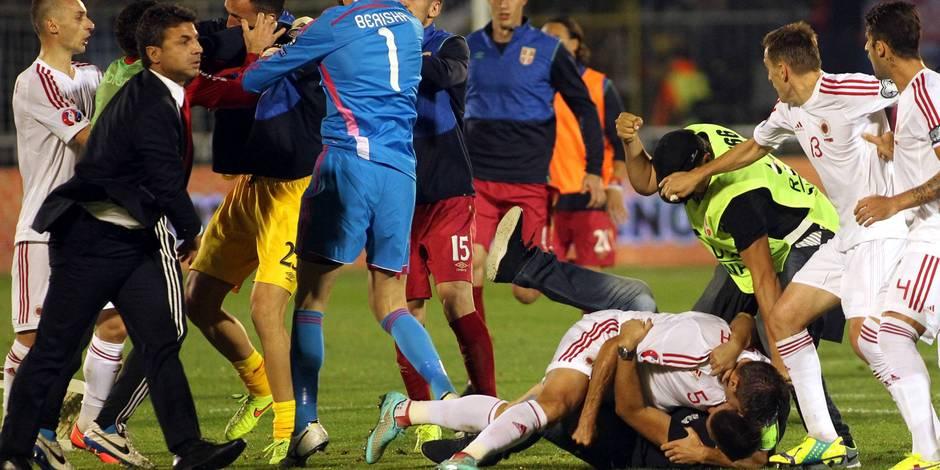 Euro 2016: le match Serbie-Albanie, interrompu par un drone, se termine en bagarre générale