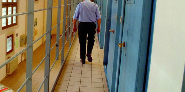 Un gardien de prison licencié pour faute grave obtient sa réintégration - La Libre