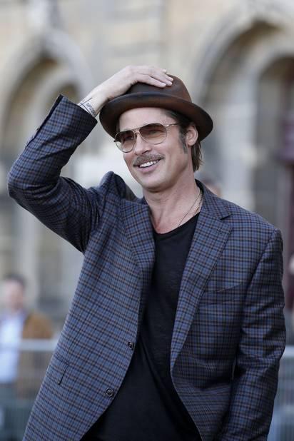 Brad Pitt abandonne régulièrement ciseaux et rasoirs. En ce moment, il affiche une belle moustache poivre et sel.
