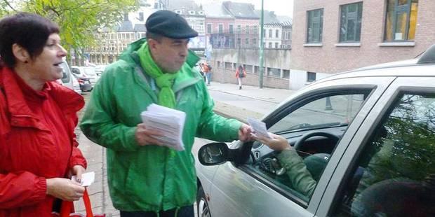 Charleroi: des syndicalistes devant les écoles - La Libre
