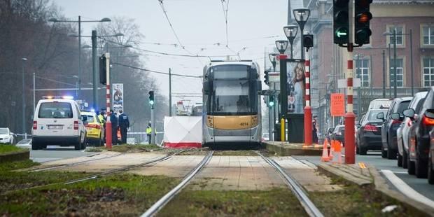 Une dame chute et est happée par un tram à Etterbeek - La Libre