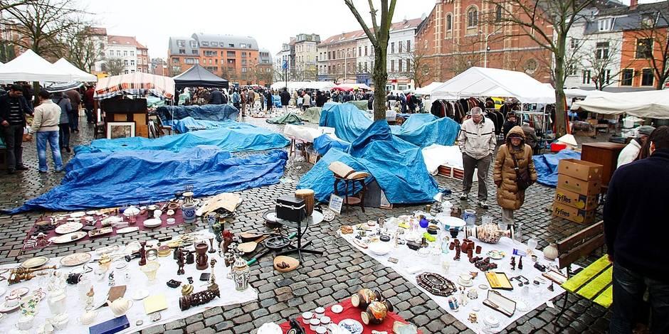 La brocante de la Place du Jeu de Balle à Bruxelles .