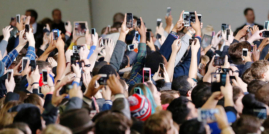 Hundreds of cell phones are held in the air as people try and capture images of president Barack Obama before he enters the Anschutz Sports Pavillion at the University of Kansas on Thursday, January 22, 2015 in Lawrence, KS, USA. Obama was promoting his middle class economic agenda he outlined in his State of the State speech earlier this week. Photo by Travis Heying/Wichita Eagle/TNS/ABACAPRESS.COM Reporters / Abaca